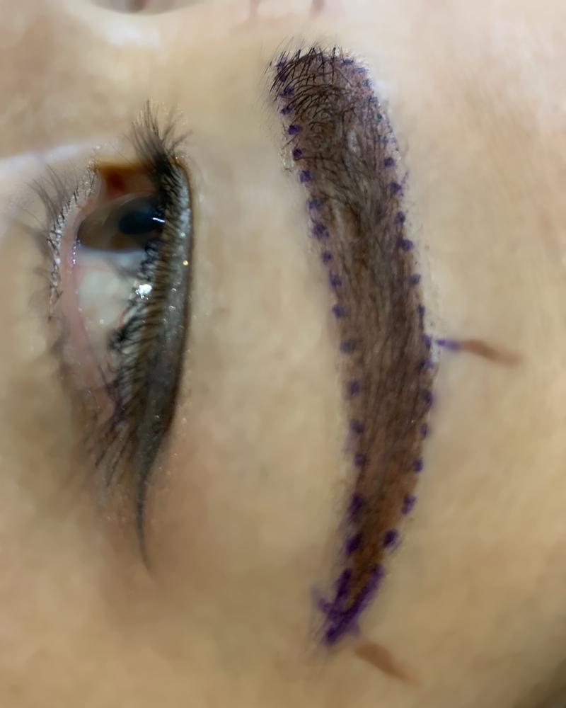 紫の印をつけた眉デザインのアップ